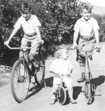 [Dad and uncles on bikes 1934]